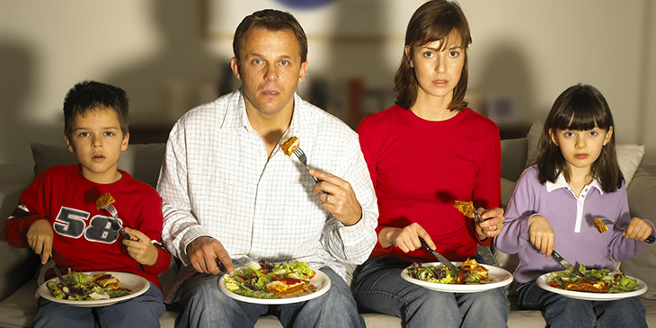 Xem tivi trong lúc ăn