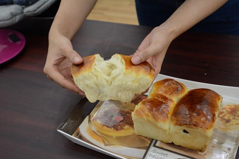 Khi xé bánh thấy bột bánh tách thành nhiều lớp nhỏ là đã đạt chuẩn