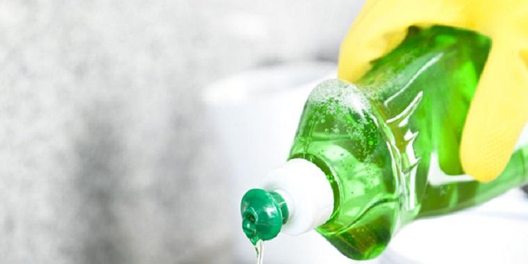 Tẩy vết dầu mỡ bằng nước rửa chén
