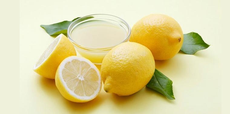 Nước chanh có tính tẩy cao, sẽ giúp tẩy trắng các vết ố vàng