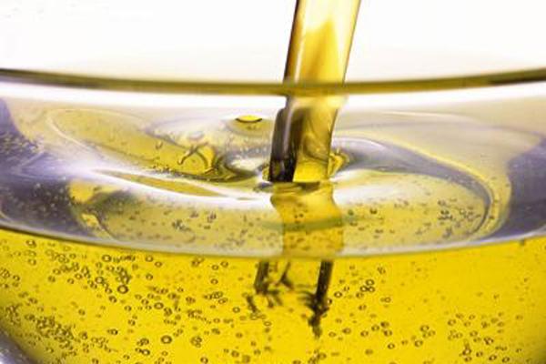 Giặt quần áo với nước súc miệng và nước ấm để tẩy vết dầu ăn