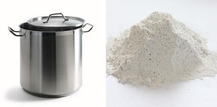 Dùng hỗn hợp 2,5 lít nước, bột kiềm và vôi  rồi cho quần áo vào đun