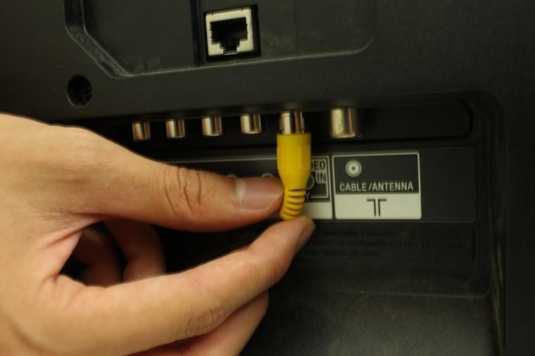Gắn chặt các đầu dây kết nối với tivi