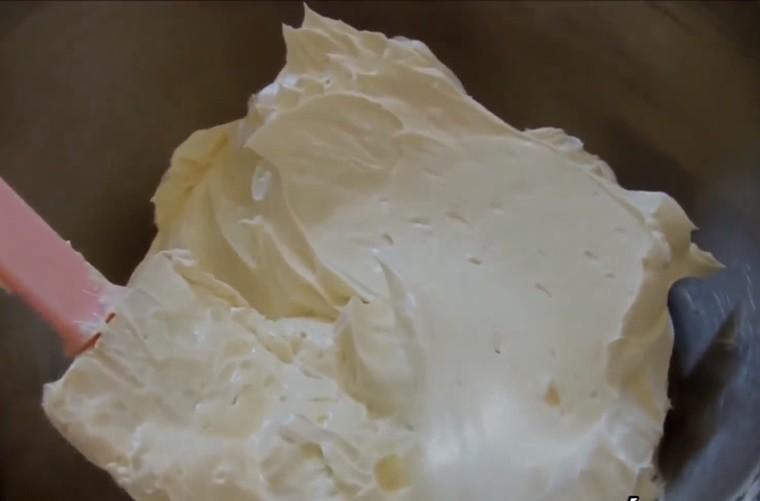 Sau khi cho hết bơ vào thì chuyển máy về tốc độ cao đánh thêm khoảng 30 giây thì ngừng. Cho vani vào hỗn hợp kem và bật máy ở tốc độ trung bình đánh đều trong 1 đến 2 phút.