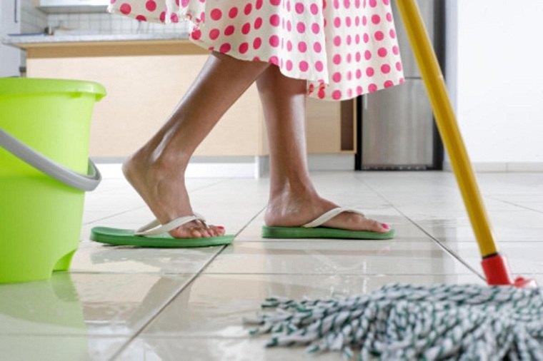 Lau sạch nước và bụi bẩn trên sàn nhà