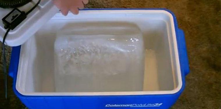 Cho đá vào thùng