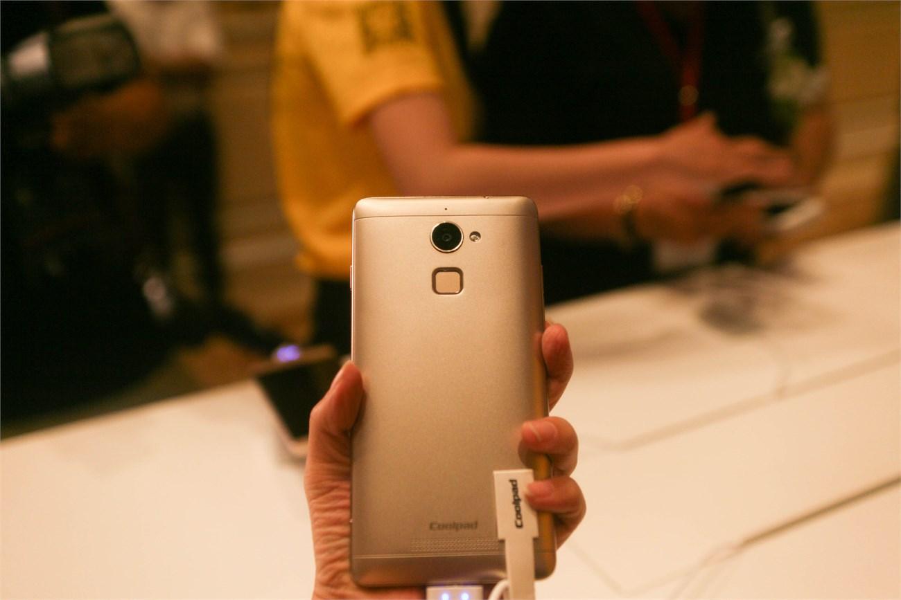 Mặt sau Coolpad Shine có ô nhận dạng vân tay nằm dưới camera