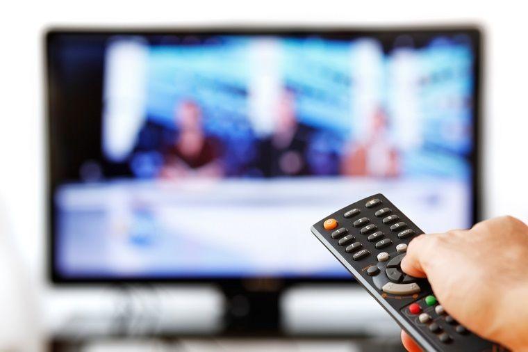 Chỉ tắt tivi bằng remote mà không ngắt nguồn điện