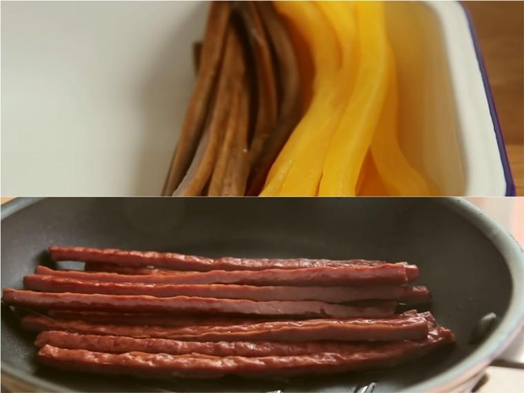 Bạn cắt danmuji và pickled burdock (nếu không có thì thay bằng dưa leo) thành những thanh dài với độ rộng khoảng 1 cm. Thịt giăm bông cũng cắt thành thanh dài và cho vào chảo chiên xơ qua với 1 ít dầu ăn. Chiên xong, bạn dùng đũa gắp nó ra đĩa, đặt cạnh danmuji và pickled burdock vừa cắt.