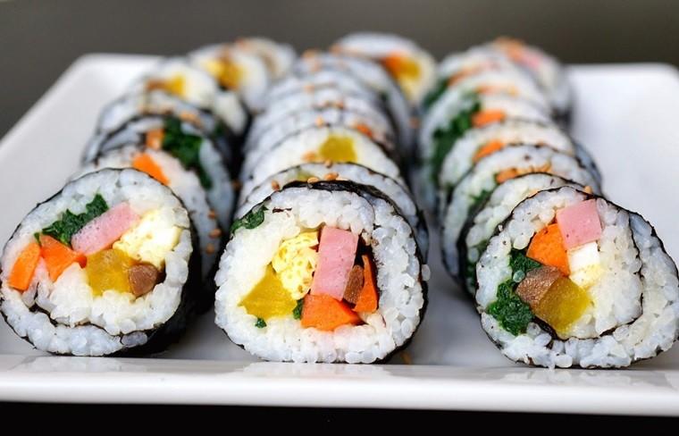 Bạn có thể cho kimbap ra đĩa và thưởng thức cùng gia đình.