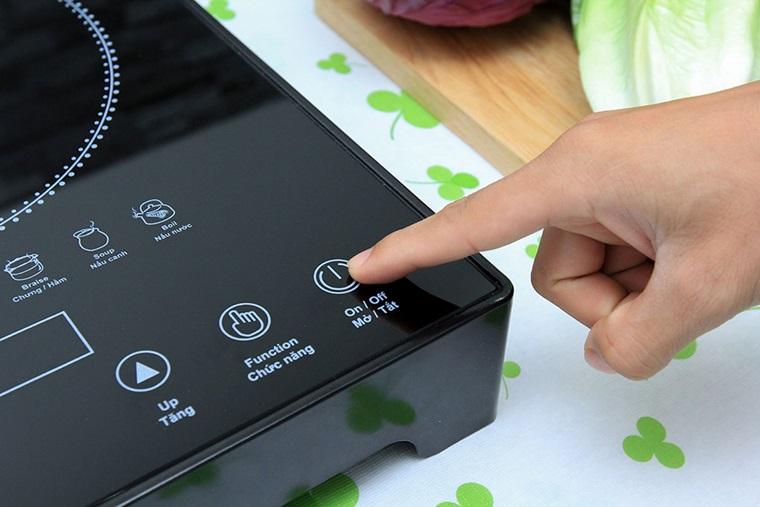 """Bếp hiển thị mã lỗi """"E1"""" hoặc """"E2"""", tắt bếp và liên hệ trung tâm bảo hành ngay"""
