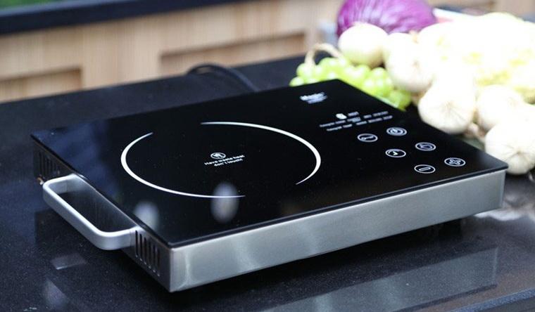 """Khi bị lỗi """"E6"""" tạo sự thông thoáng xung quanh bếp, nhấc dụng cụ nấu ra khỏi bếp, đảm bảo quạt tản nhiệt vẫn hoạt động"""