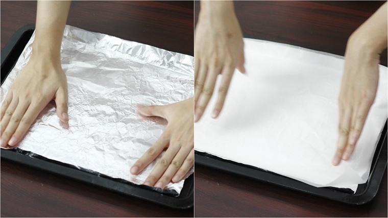 Chuẩn bị khuôn nướng bánh, lót 1 lớp giấy bạc lên khuôn để bánh không bị cháy mặt đáy, lót thêm 1 lớp giấy nến để chống dính.