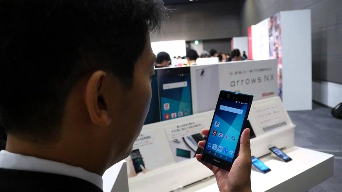 Smartphone Nhật chip Snapdragon 808, RAM 3GB, hỗ trợ quét võng mạc lên kệ