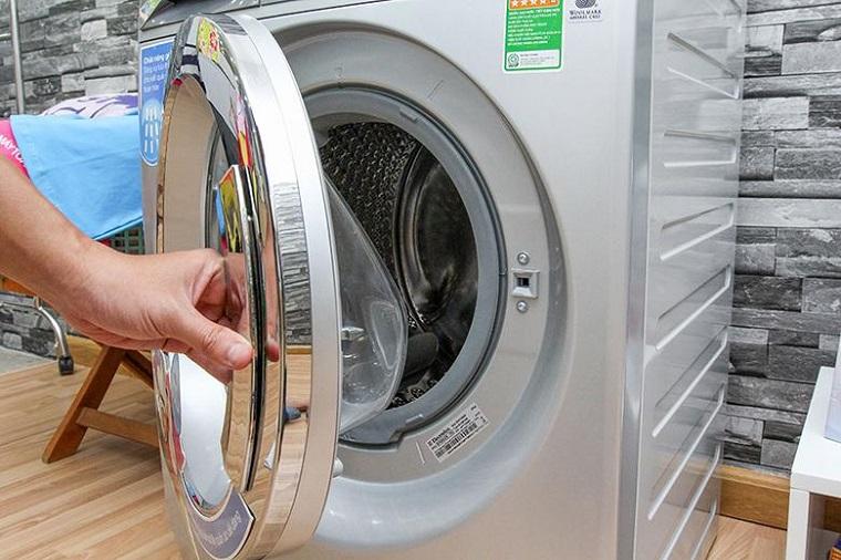 Sau khi giặt xong nên mở cửa máy giặt để hơi nước thoát ra ngoài