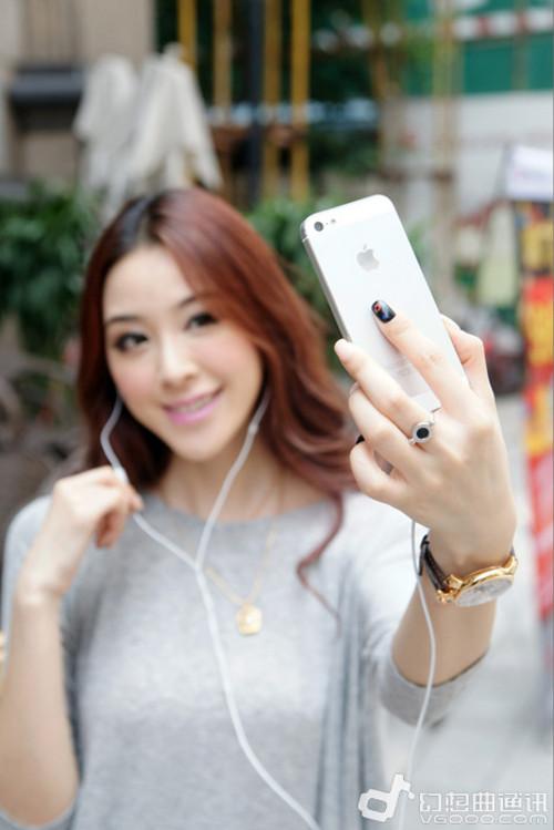 Mở ứng dụng máy ảnh lên và dùng nút tăng hoặc giảm âm lượng để chụp