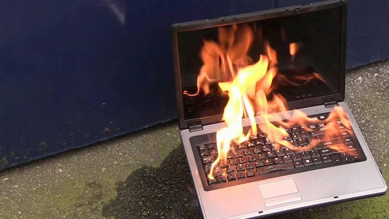 Sạc pin không đúng cách có thể dẫn đến nguy cơ laptop bị cháy nổ