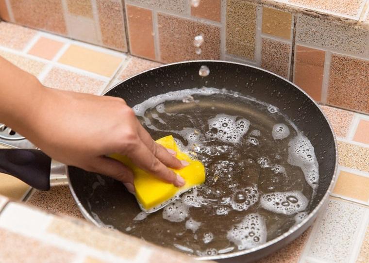 Mới mua chảo chống dính về bạn nên làm sạch với nước và nước rửa chén