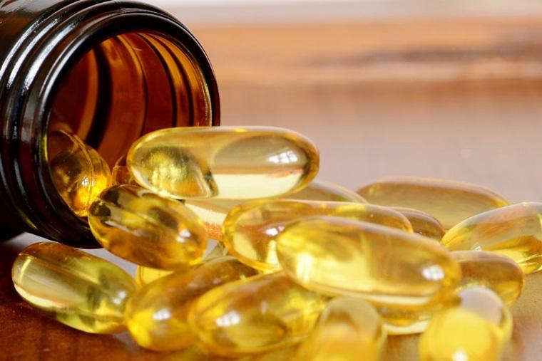 Thoa vitamin E trực tiếp lên vị trí thâm mụn, làm nhiều lần để có hiệu quả tốt nhất