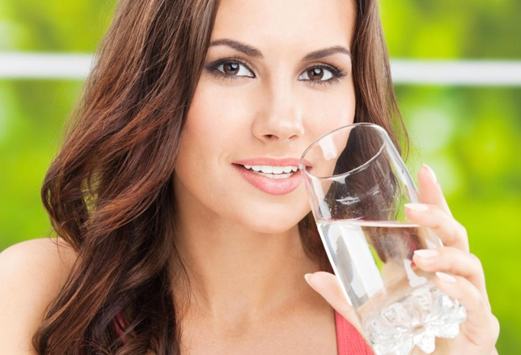 Uống nhiều nước sẽ giúp làm mờ vết thâm mụn nhanh