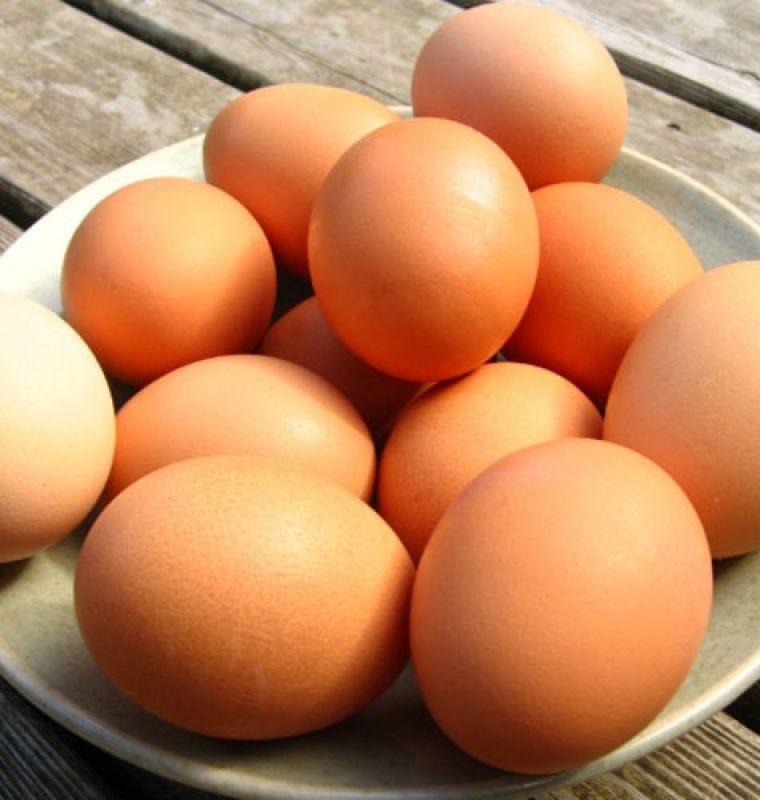 Các bạn cần làm sạch trứng trước, rồi mới cho vào tủ lạnh