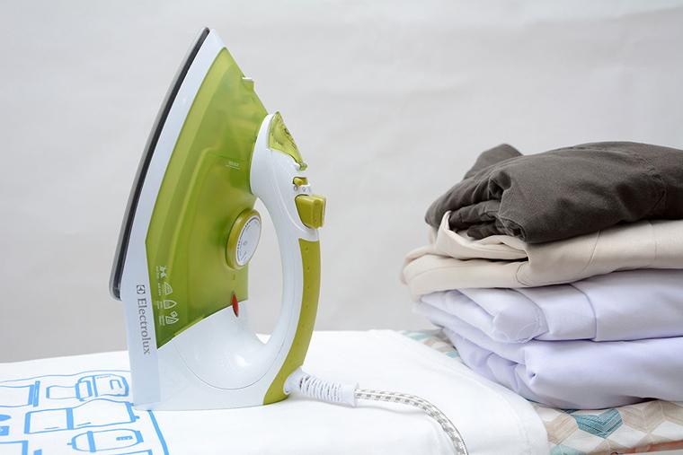 Bàn ủi hơi nước Electrolux ESI400 có mức giá hấp dẫn và nhiều chức năng tiện dụng