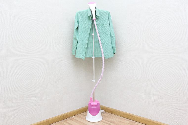 Bàn ủi hơi nước đứng giúp là thẳng quần áo trên móc