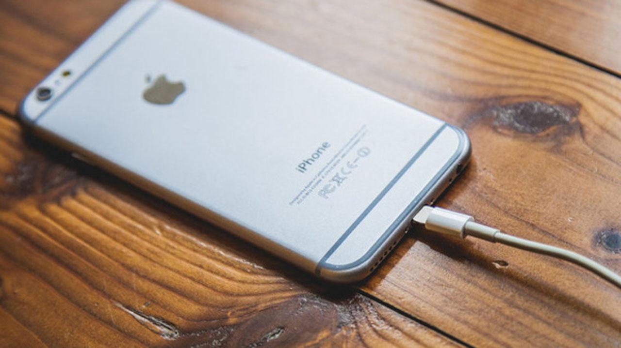 Kết quả hình ảnh cho dùng điện thoại đang sạc pin