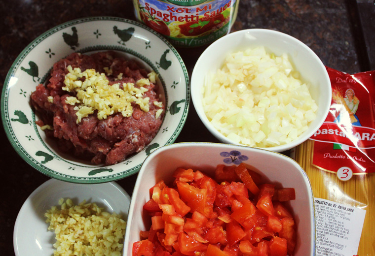 Bước 1 Sơ chế nguyên liệu Mì ý sốt cà chua bò bằm