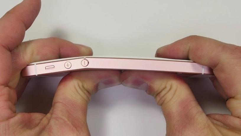 iPhone SE có dễ bị uốn cong, trầy xước hay không?