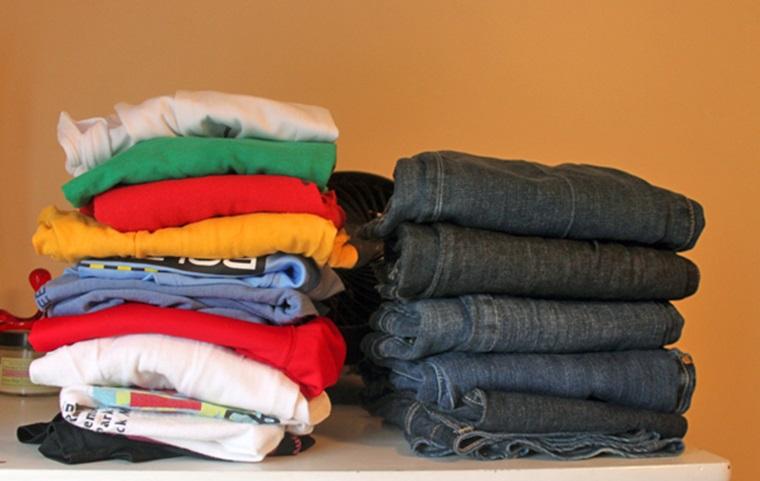 Phân loại quần áo với các chất liệu khác nhau giúp ủi đồ, xếp đồ gọn, nhanh hơn