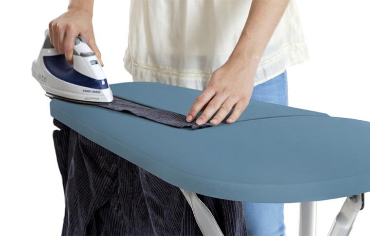 Ủi cổ áo, cổ tay áo, đường viền rồi mới ủi những phần khác sẽ giúp tăng tốc độ ủi