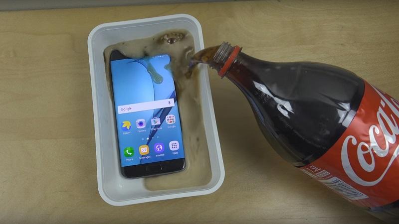 Kiểm tra Samsung Galaxy S7 Edge chống nước bằng Coca-Cola