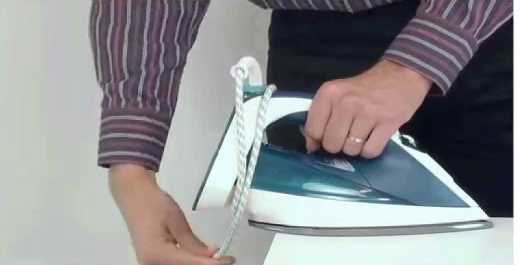Thu dây điện bàn ủi gọn gàng