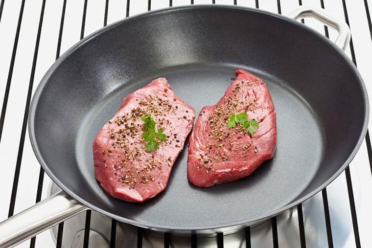 Chỉ dùng chảo chống dính để chiên, xào thức ăn, không nên nướng hoặc kho