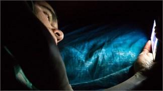 Cách giảm mỏi mắt khi sử dụng smartphone vào ban đêm