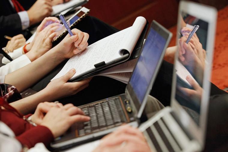 Có thông tin cho rằng việc đặt laptop trên đùi khi sử dụng sẽ gây ra tình trạng