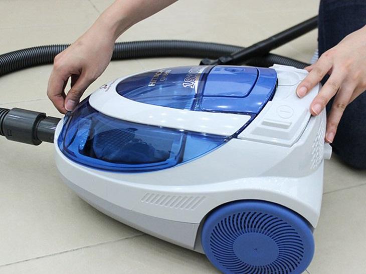 Vệ sinh máy hút bụi tại nhà nhanh chóng, hiệu quả