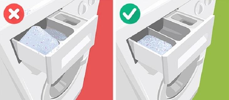 Sử dụng quá nhiều bột giặt sẽ dẫn đến việc làm xuất hiện nhiều bọt, khiến chúng hấp thụ ngược trở lại bụi bẩn ở những nơi như cổ áo