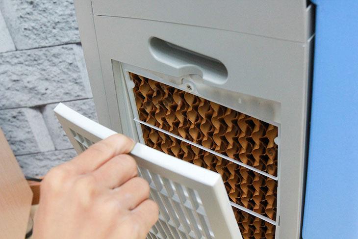 Tháo lớp màng lọc của quạt hơi nước và giặt sạch, phơi khô, sau đó tiếp tục sử dụng.