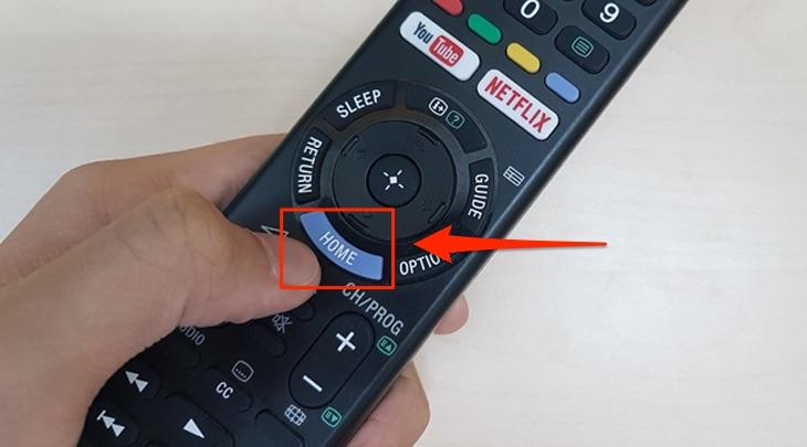 Bạn nhấn vào nút HOME của remote