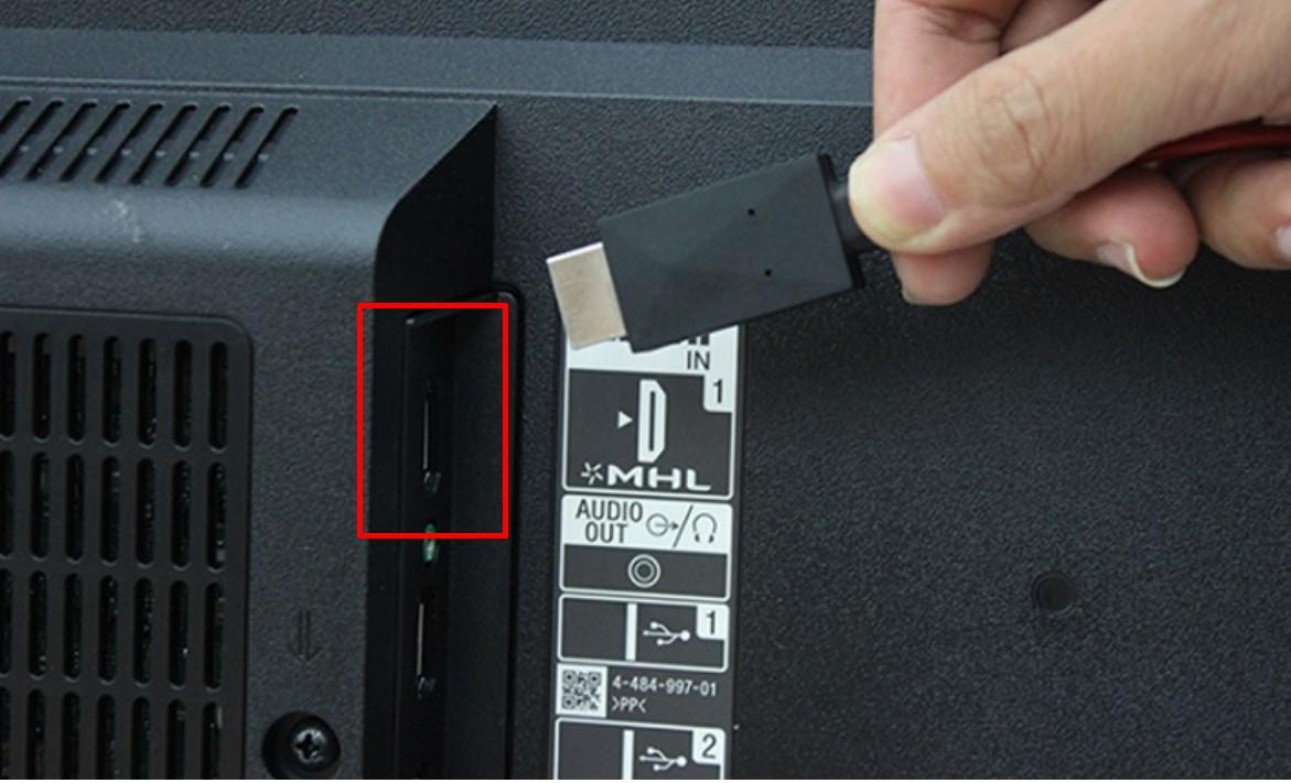 Nối đầu HDMI của dây với cổng HDMI của tivi