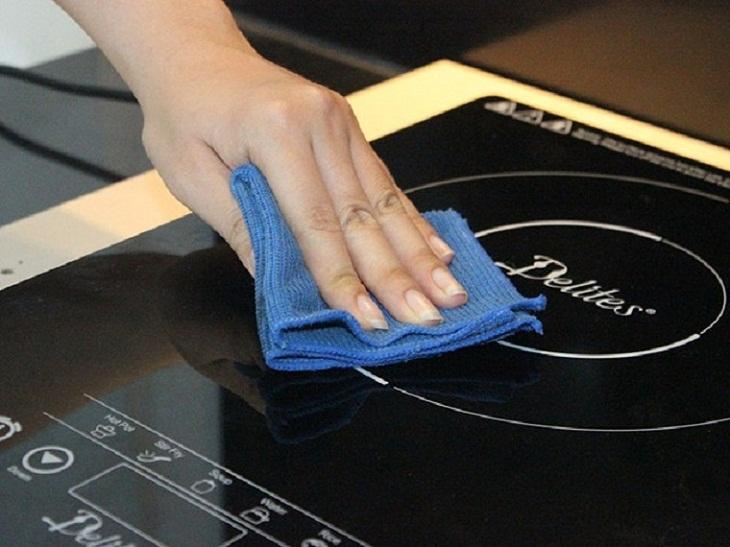 Dùng khăn mềm lau khi bề mặt bếp bị ướt