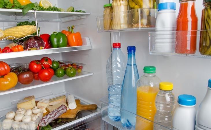 Lấy hết thực phẩm ra khỏi tủ