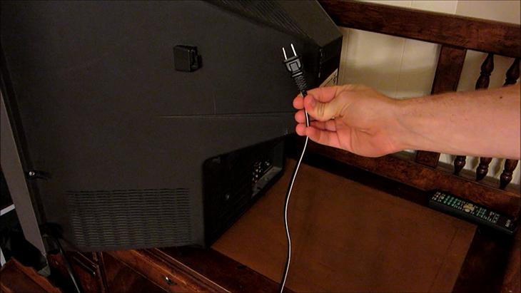 Nhiều gia đình có thói quen tắt tivi bằng cách rút điện