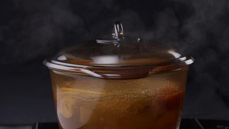 Bước 2: Sau đó cho 1.5 lít nước vào, cho sả cây đập dập, thơm vào nấu sôi, nêm các gia vị vào, nêm nếm vừa ăn.