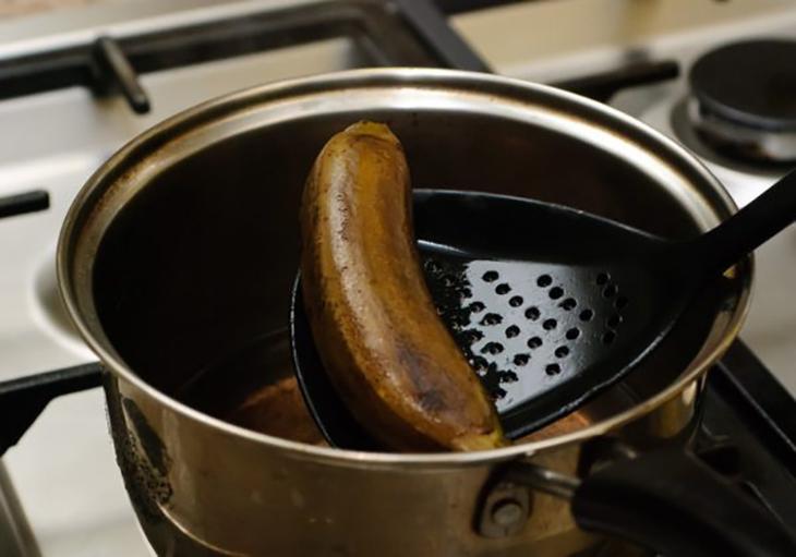 Bước 1 Luộc chuối Chuối sấy bằng lò nướng