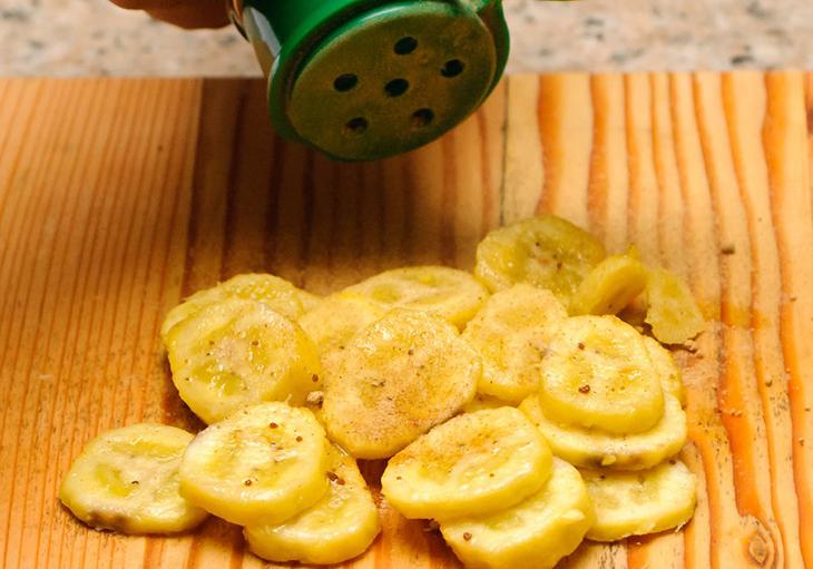 Bước 2 Cắt và ướp chuối Chuối sấy bằng lò nướng