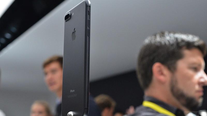 Đơn hàng iPhone 7 gấp 4 lần iPhone 6, màu đen cháy hàng