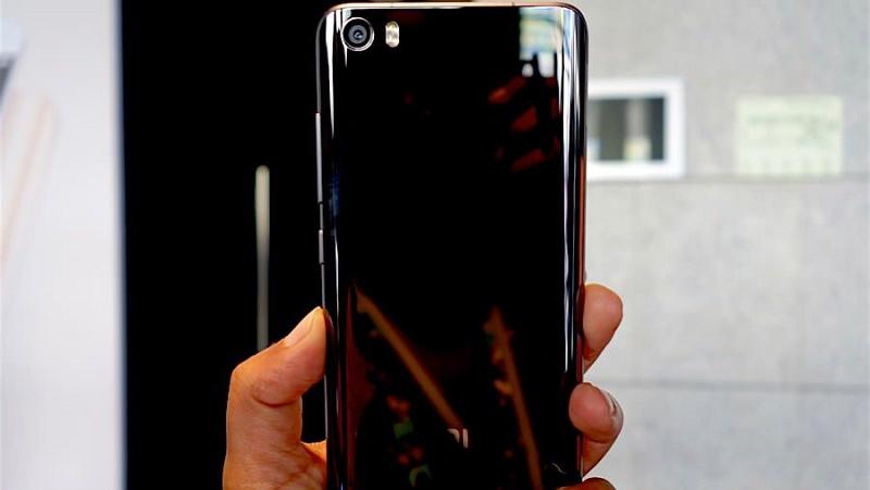 Xiaomi đăng quảng cáo cho thấy Mi 5S có vỏ bằng gốm bóng bẩy